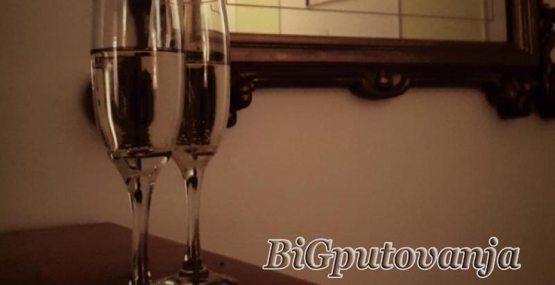 2500 rsd za nocenje za dvoje + flasa sampanjca u hotelu LUGI MARIO 2